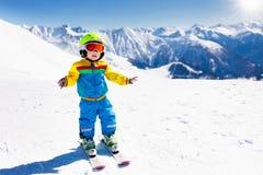 Embroma deporte de la nieve del invierno Esquí de los niños Esquí de la familia Fotos de archivo libres de regalías