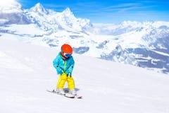 Embroma deporte de la nieve del invierno Esquí de los niños Esquí de la familia Foto de archivo libre de regalías