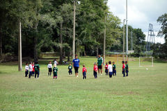 Embroma el aprendizaje de cómo jugar a fútbol Fotos de archivo