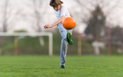 Embroma el fútbol del fútbol - jugador de los niños en campo de fútbol Foto de archivo