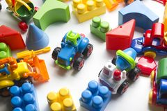 Embroma el marco educativo de los juguetes que se convierte en el fondo blanco Visión superior Endecha plana Copie el espacio par fotografía de archivo