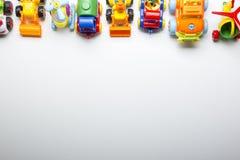 Embroma el marco educativo de los juguetes que se convierte en el fondo blanco Visión superior Endecha plana Copie el espacio par imagen de archivo libre de regalías