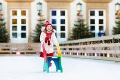 Embroma el patinaje de hielo en invierno Patines de hielo para el niño Foto de archivo libre de regalías