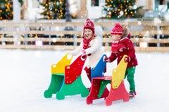 Embroma el patinaje de hielo en invierno Patines de hielo para el niño Fotografía de archivo libre de regalías
