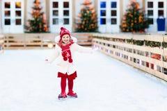 Embroma el patinaje de hielo en invierno Patines de hielo para el niño Fotografía de archivo
