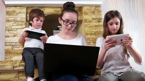 Embroma encariñado con jugar sus artilugios electrónicos, cada niño que mira en sus pantallas de las tabletas almacen de metraje de vídeo