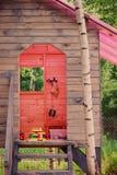 Embroma la casa en el árbol de madera con el tejado rosado en bosque del verano Fotografía de archivo