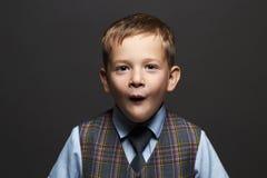 Embroma la emoción niño pequeño de moda niño divertido elegante en traje y lazo Foto de archivo