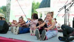 Embroma las actividades al aire libre, forma de vida sana, niños que hacen ejercicios de la mañana al aire libre, las muchachas d metrajes