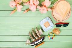 Embroma los accesorios para las vacaciones de verano en fondo de madera Imágenes de archivo libres de regalías