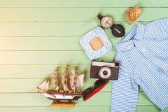 Embroma los accesorios para las vacaciones de verano en fondo de madera Fotografía de archivo