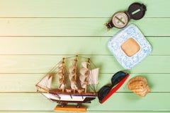 Embroma los accesorios para las vacaciones de verano en fondo de madera Imagen de archivo libre de regalías