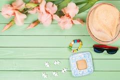 Embroma los accesorios para las vacaciones de verano en fondo de madera Foto de archivo