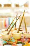 Embroma los cepillos de pintura coloridos para el arte Imágenes de archivo libres de regalías