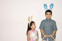Embroma los oídos del conejito que desgastan. Imagenes de archivo