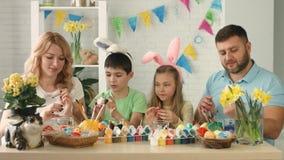 Embroma los oídos del conejito que llevan el día de Pascua almacen de metraje de vídeo