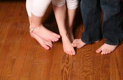 Embroma pies en el suelo de madera Imágenes de archivo libres de regalías