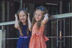 Embroma a señoras de las muchachas en medio del centro comercial Fotos de archivo