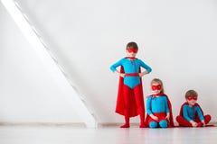 Embroma a super héroes imagenes de archivo