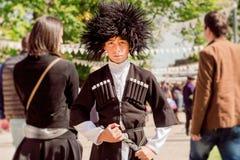 Embrome con la cara valiente en el traje georgiano tradicional que parece bueno en el festival de la ciudad Imagen de archivo libre de regalías