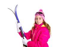 Embrome el esquí de la muchacha con las gafas del equipo de la nieve y el sombrero del invierno Fotos de archivo libres de regalías