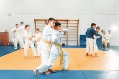 Embrome el judo, arte marcial del entrenamiento de los niños en pasillo foto de archivo
