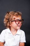 Embrome el retrato en las lentes que sonríen sobre backgrund negro Fotos de archivo