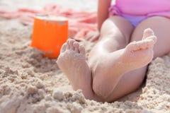 Embrome jugar en la arena de oro de la playa, dof bajo Fotos de archivo libres de regalías