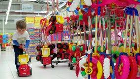 Pequeno Nino Que Elige Los Juguetes Suaves En La Tienda Metrajes