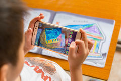 Embrome jugar pinturas móviles aumentadas de la realidad de un templo llenado vía móvil foto de archivo