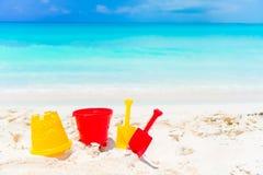 Embrome los juguetes de la playa del ` s en el fondo blanco de playa arenosa el mar Imagen de archivo libre de regalías