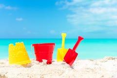 Embrome los juguetes de la playa del ` s en la playa arenosa blanca Foto de archivo