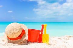 Embrome los juguetes de la playa del ` s en la playa arenosa blanca Fotografía de archivo libre de regalías