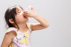 Embrome usando fondo/niño del espray nasal usando el espray nasal Fotos de archivo libres de regalías