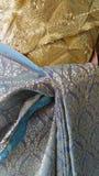 Embrouidery típico del hilo de oro en el vestido tailandés de la tradición Imagen de archivo libre de regalías