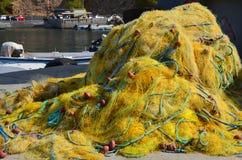 Embrouillé vers le haut de vieux filets de pêche dans le village de pêche Chora Sfakion, Crète Grèce Photographie stock