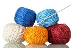 Embrouillements colorés des fils de coton et du crochet de crochet, d'isolement sur le blanc Photo libre de droits