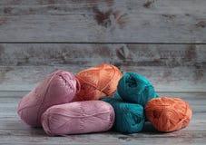 embrouillements multicolores de fil pour le mensonge de tricotage sur un fond clair images libres de droits