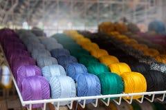 Embrouillements multicolores de fil sur l'étagère dans le magasin Photos libres de droits