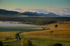 Embrumez au-dessus des collines de campagne de roulement de la région d'Ipswich au Queensland images stock