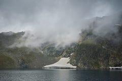 Embrumez au-dessus du lac eye, les sept lacs Rila Image libre de droits