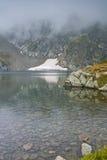 Embrumez au-dessus du lac eye, les sept lacs Rila Photographie stock