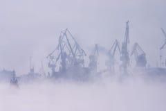 Embrumez au-dessus du port photographie stock