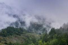Embrumez le roulement au-dessus des collines et des vallées, la Californie images stock