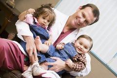 Embryologist che mette campione nell'incubatrice Fotografie Stock