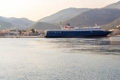 EMC lijnenvrachtschip het kruisen Royalty-vrije Stock Fotografie