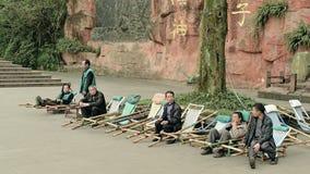Emei Chine-quelques hommes sont engagés dans la barre coulissante Photo stock