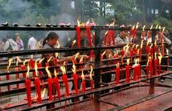 Emeishan, China: Kerzen am fahlen Nian Tempel stockfotos