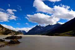 Emellertid sjölandskap i Tibet royaltyfria bilder