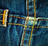 Emendas cruzadas em calças de brim Fotografia de Stock Royalty Free